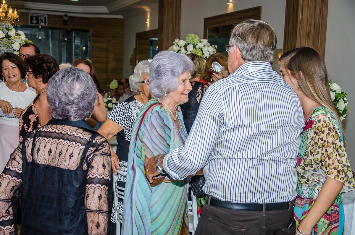 Yolanda Rocha recebendo seus convidados