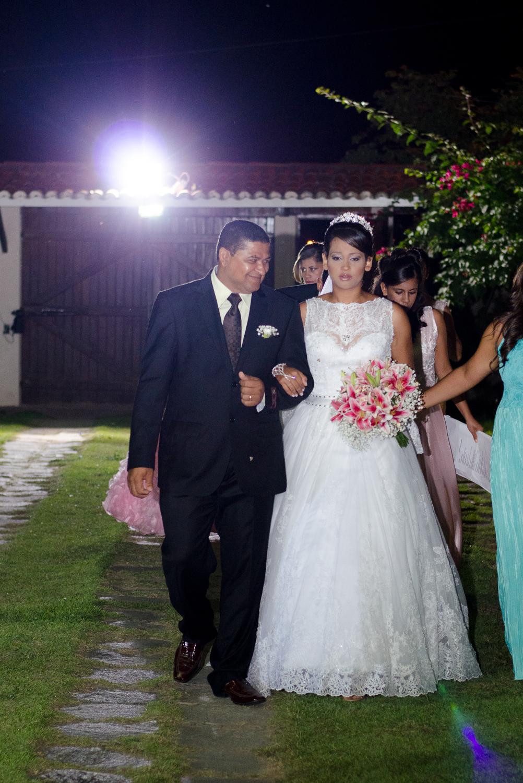Noiva entrando com o pai no casamento