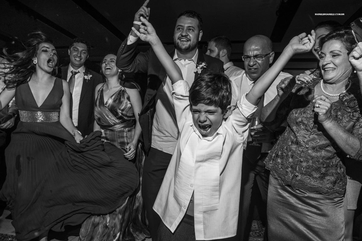 criança doida no casamento