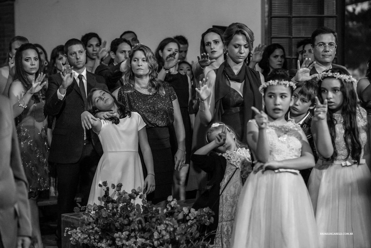 crianças no casamento preto e branco