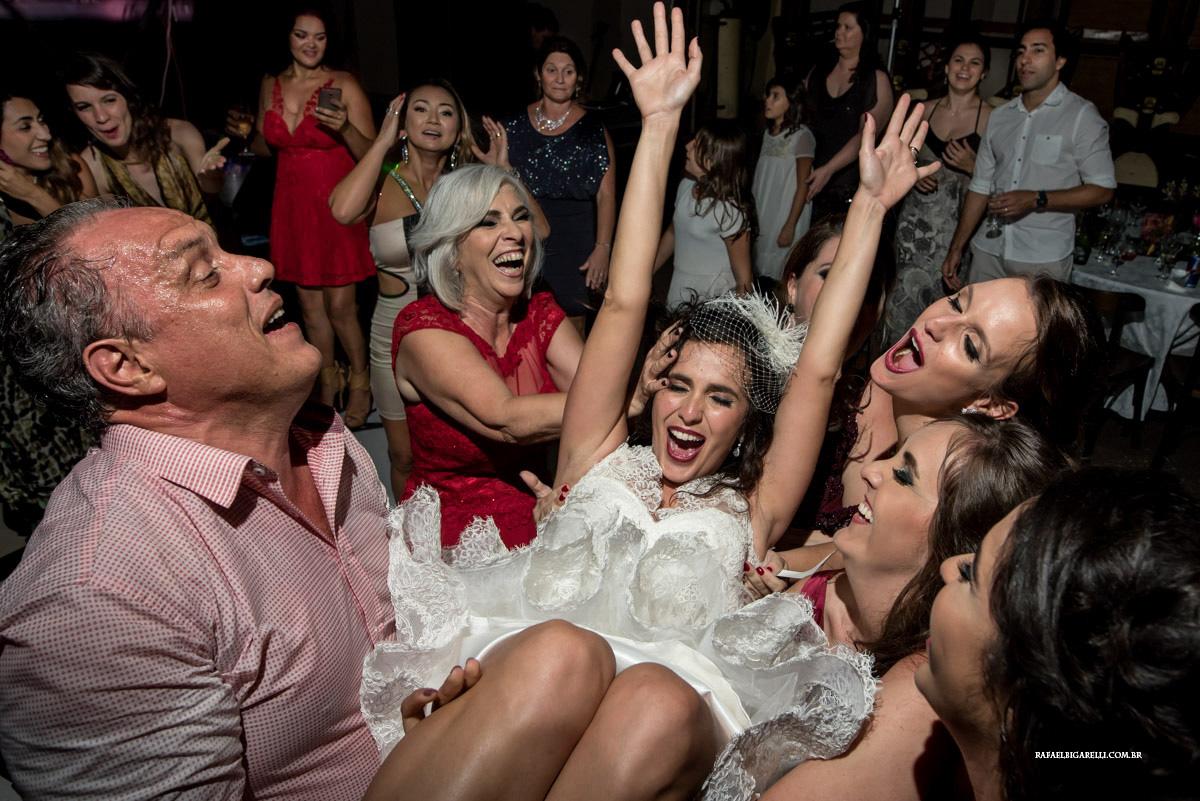 jogando a noiva pra cima no casamento