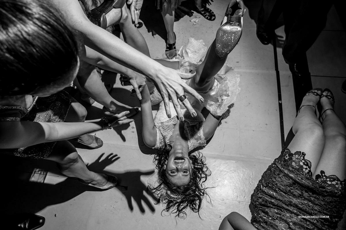 noiva caindo no chão