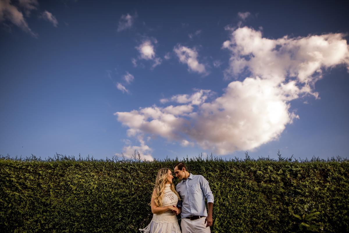 casal de noivos no preceding com seu azul