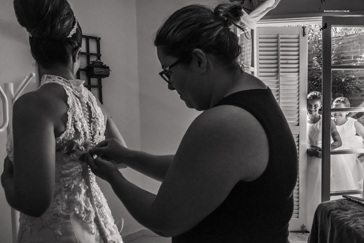 noiva trocando vestido preto e branco crianças daminhas