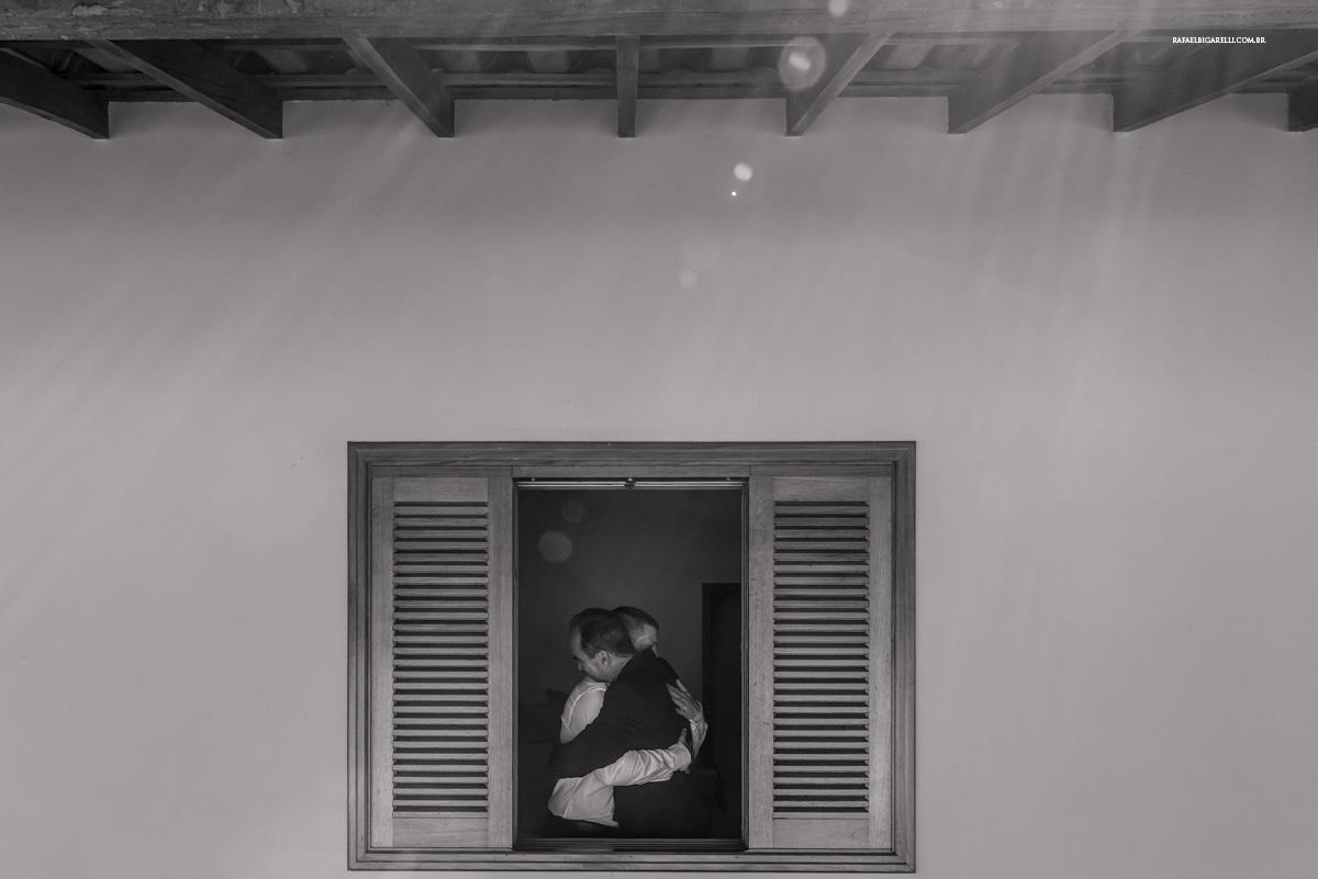 noivo abraçando pai janela preto e branco