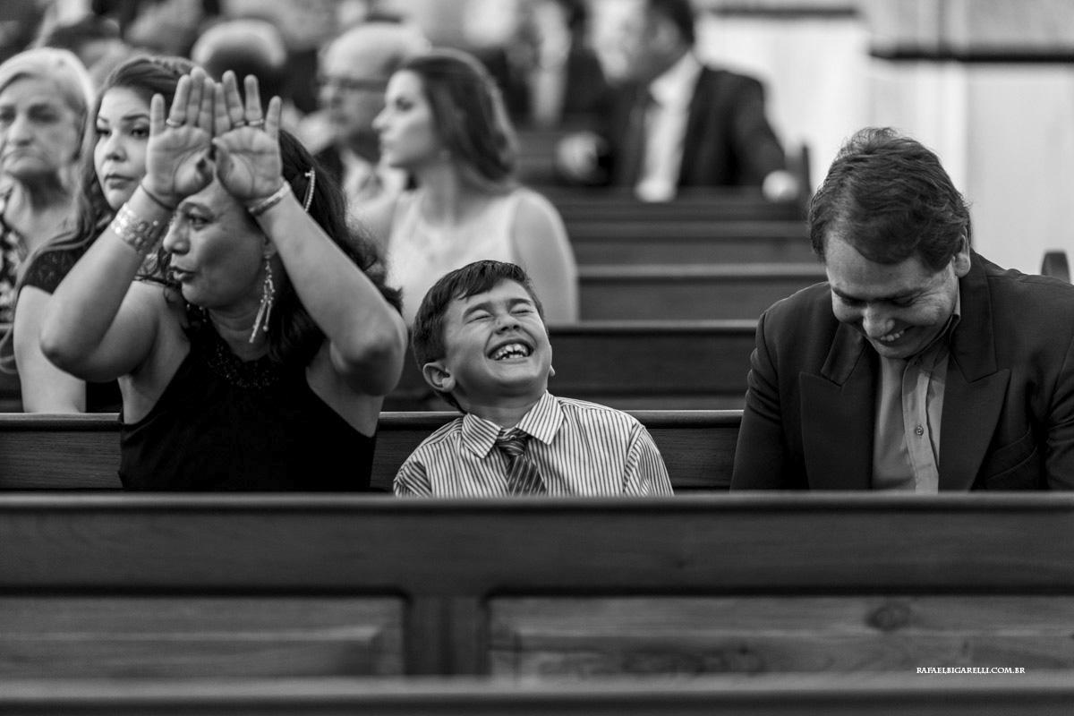 criança no casamento preto e branco