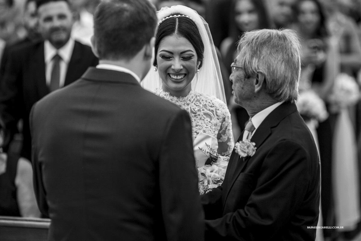 entraga da noiva cerimonia preto e branco