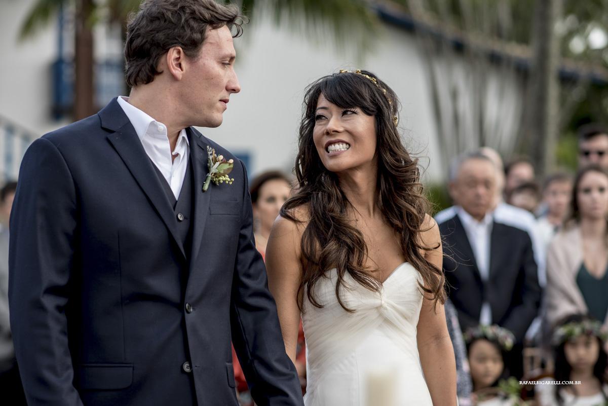 noivos se olhando casamento na praia
