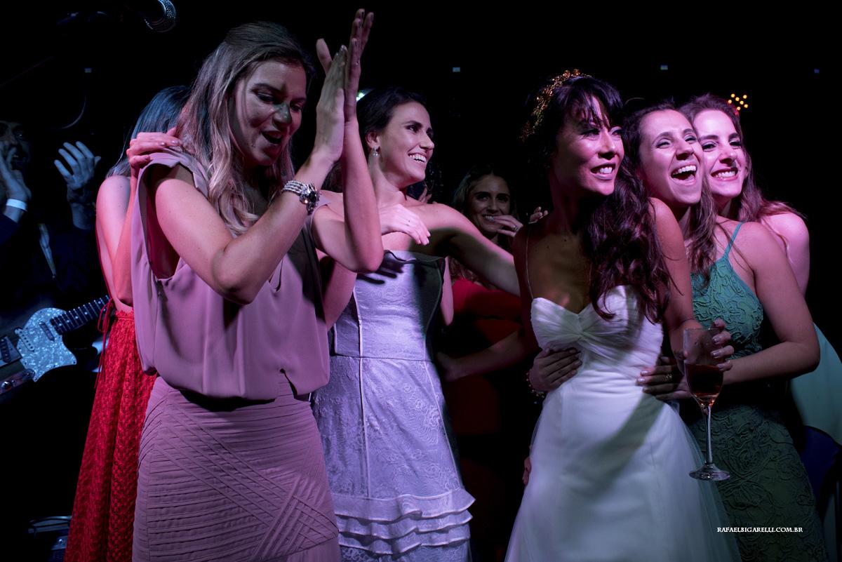 noiva e madrinhas no palco