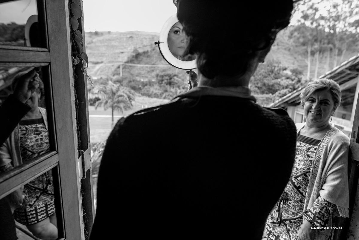 noiva no espelho preto e branco