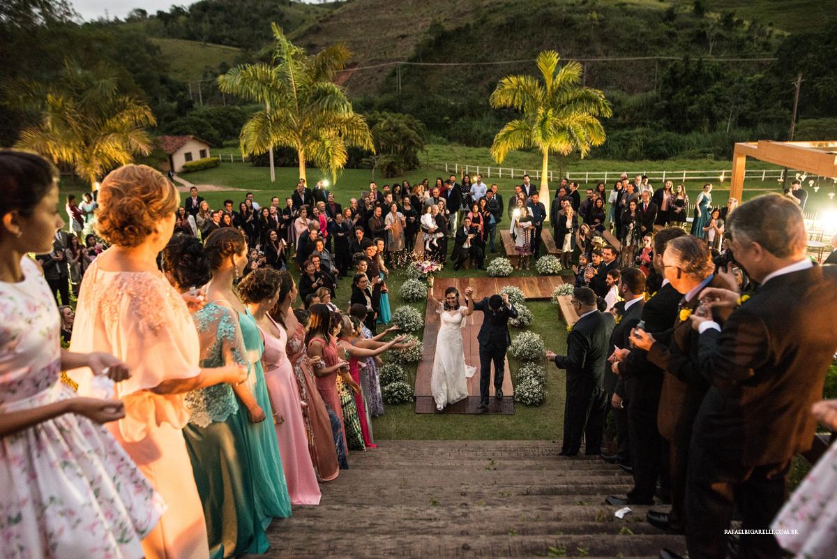 saida do casamento dos noivos