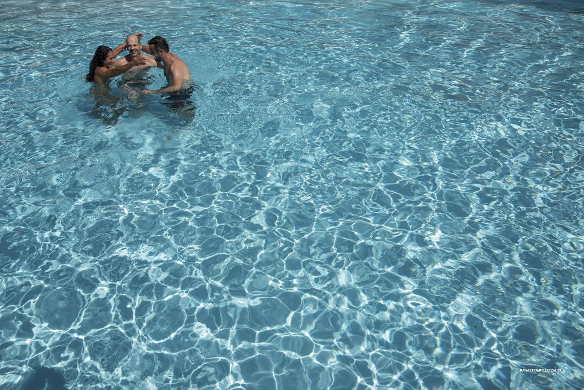 noivo na piscina