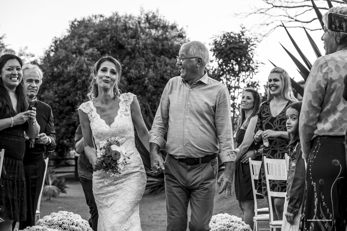 entrada da noiva preto e branco sorriso pai