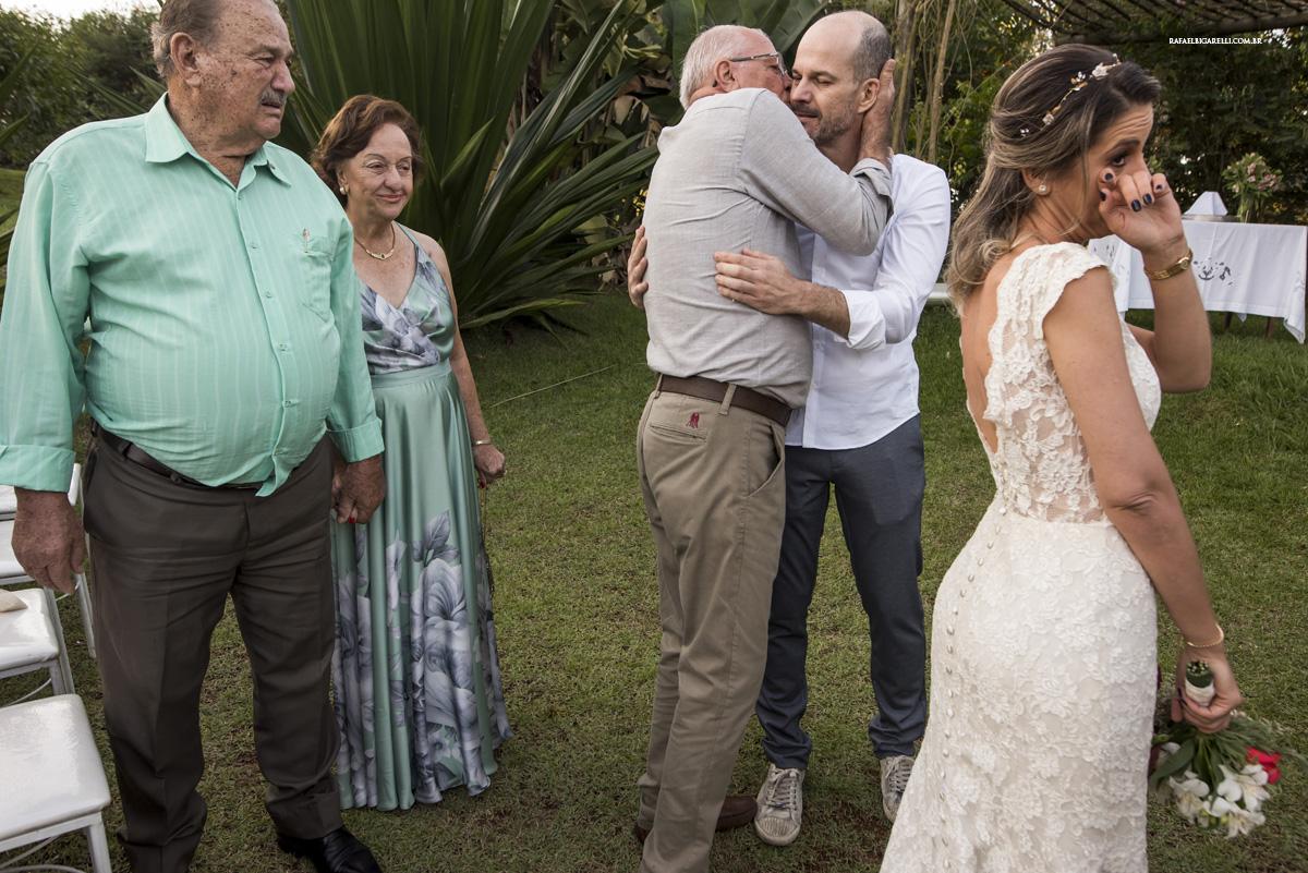 abraços na entrada da noiva