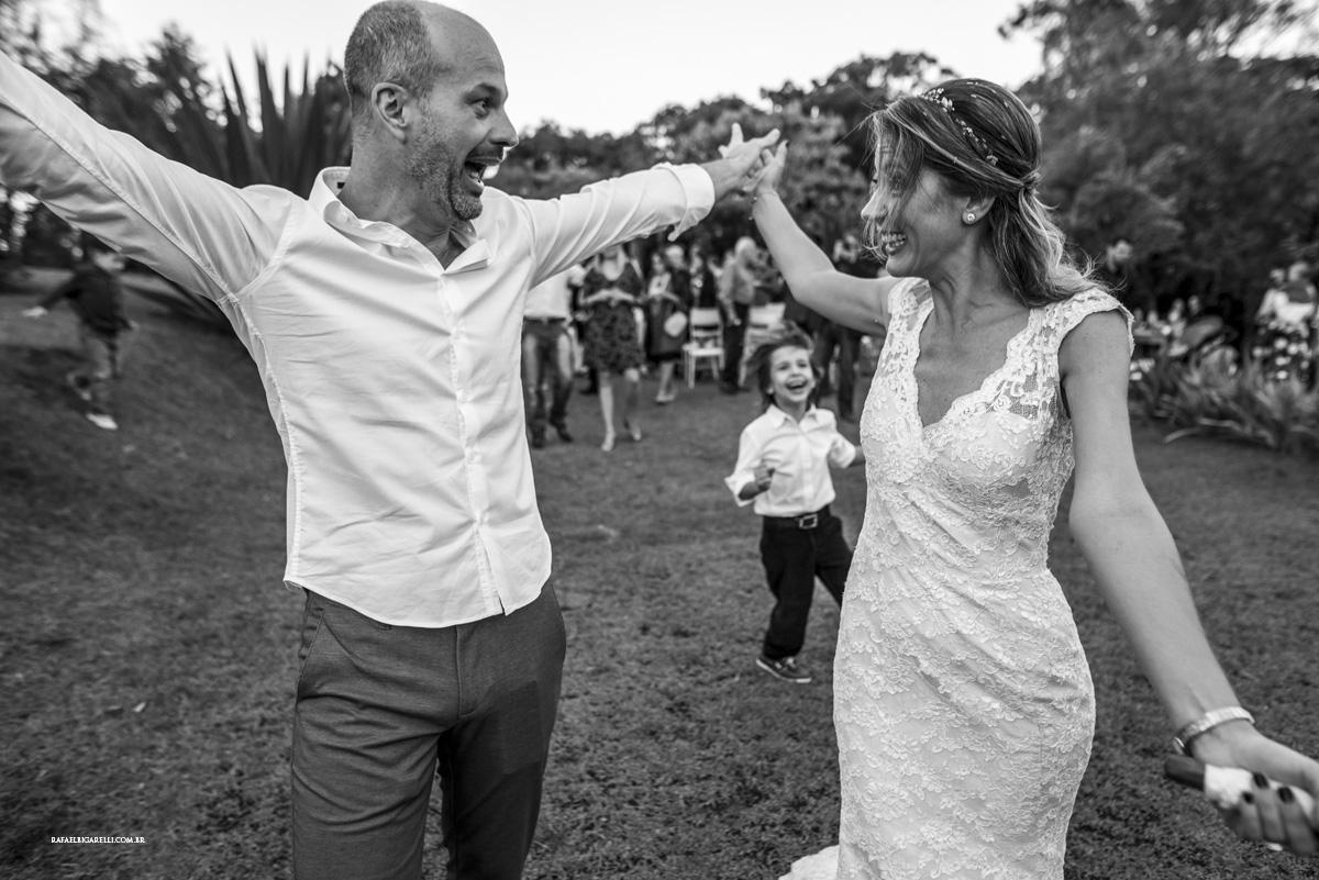 saida dos noivos preto e branco casamento de dia