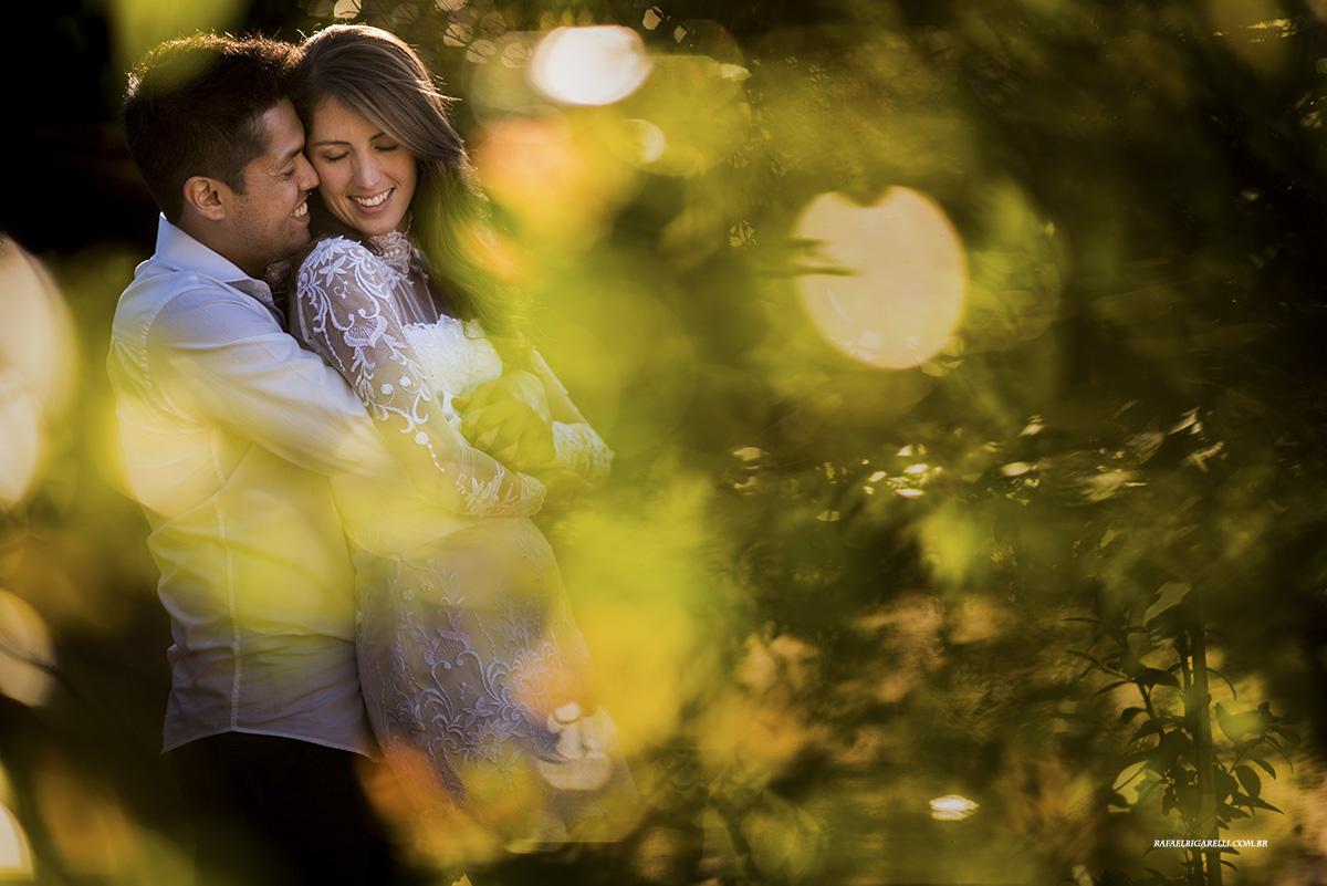 casal de noivos no pre casamento ao por do sol