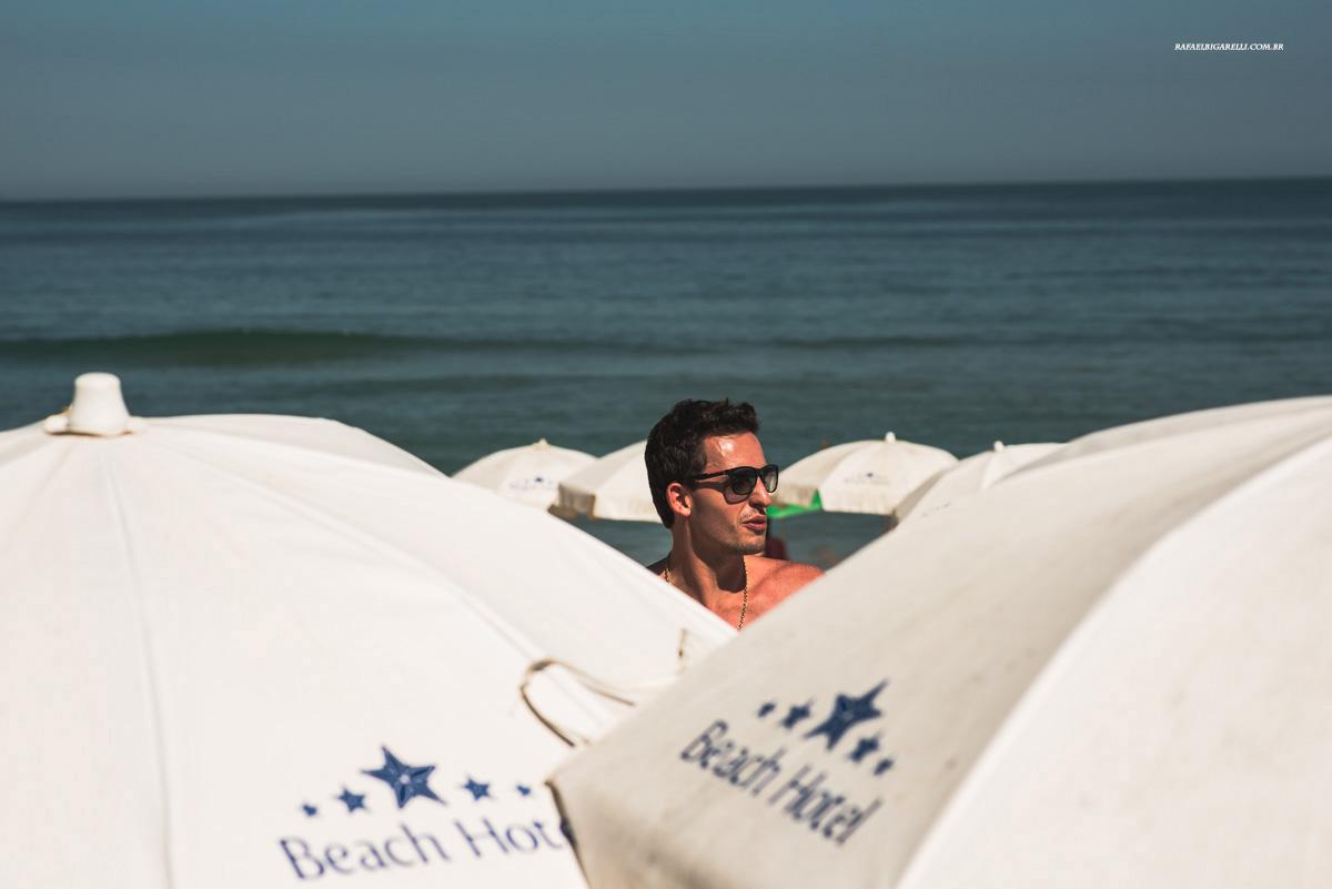 noivo na praia antes do casamento