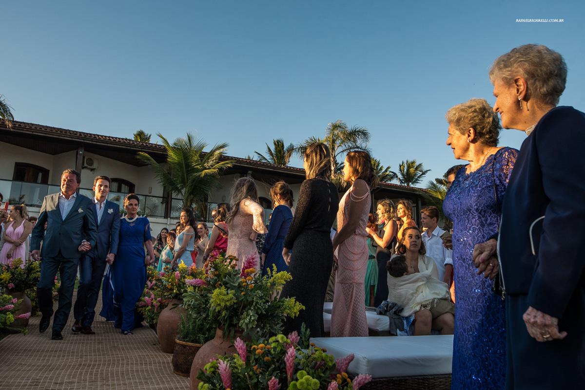 entrada do noivo em casamento na praia