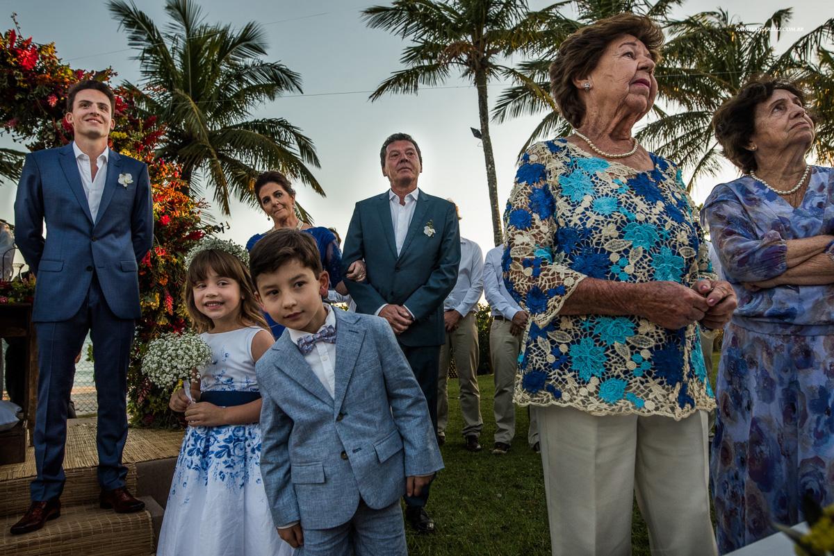 noivo espera sua noiva no altar de casamento na praia
