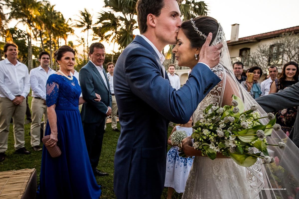 noivo recebe a noiva com um beijo na testa