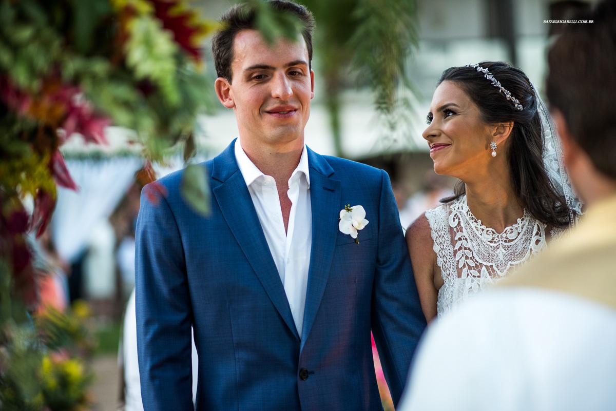 noiva olhando para noivo no altar do casamento