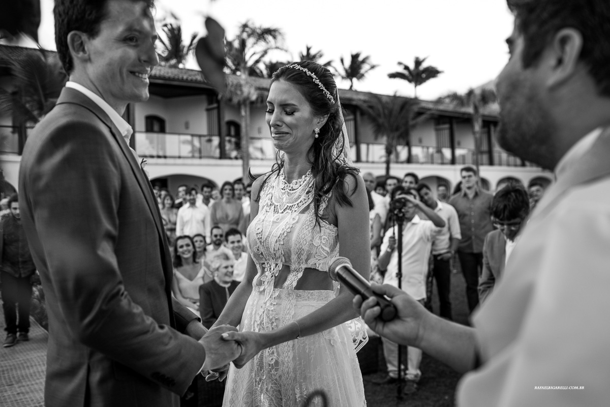noiva se emociona na troca de alianças do casamento
