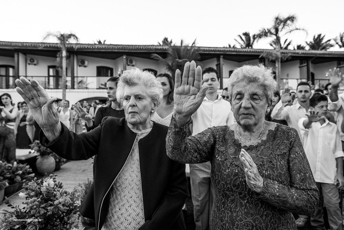 avós rezam pela felicidade dos noivos no casamento