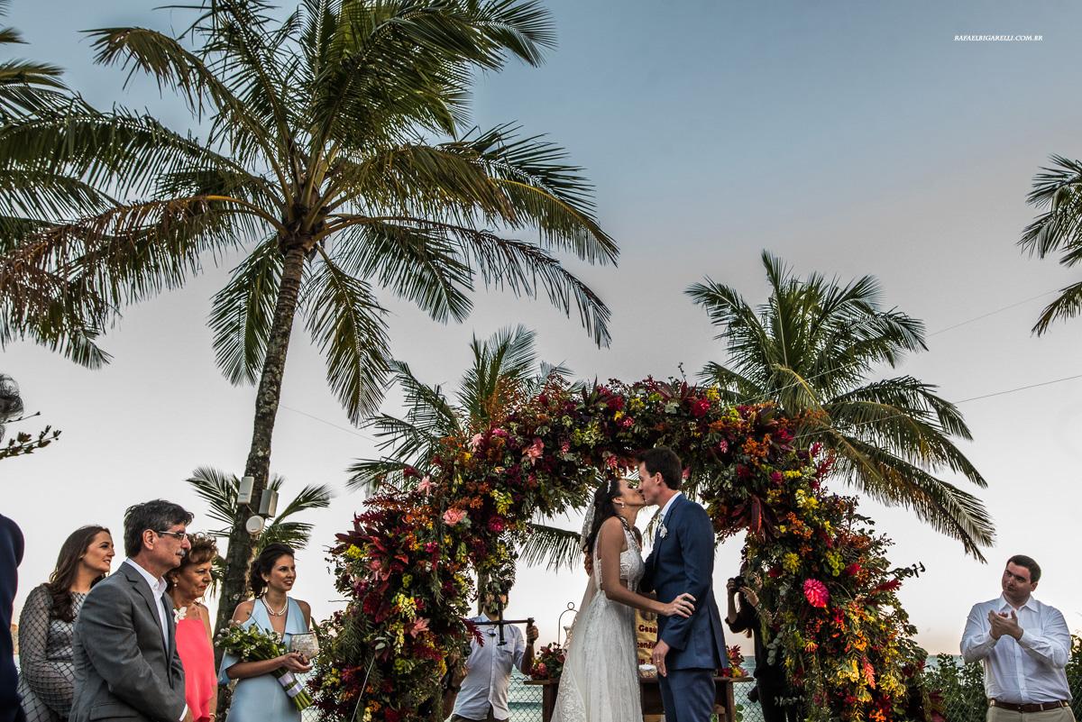noivos se beijam no casamento em Maresias