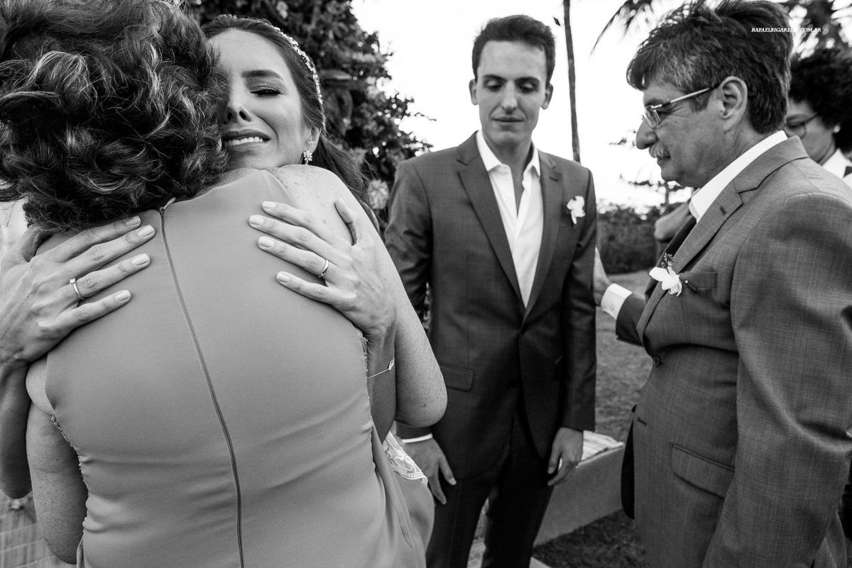 noiva se emociona ao abraçar sua mãe  no final do casamento na praia