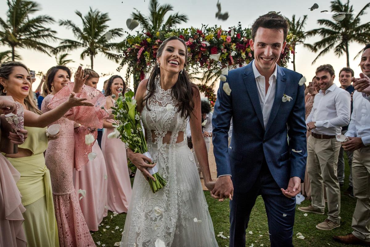 saida de casamento em maresias na praia