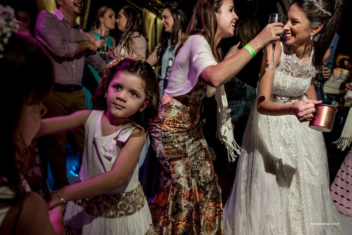 noiva se divertindo em sua festa de casamento