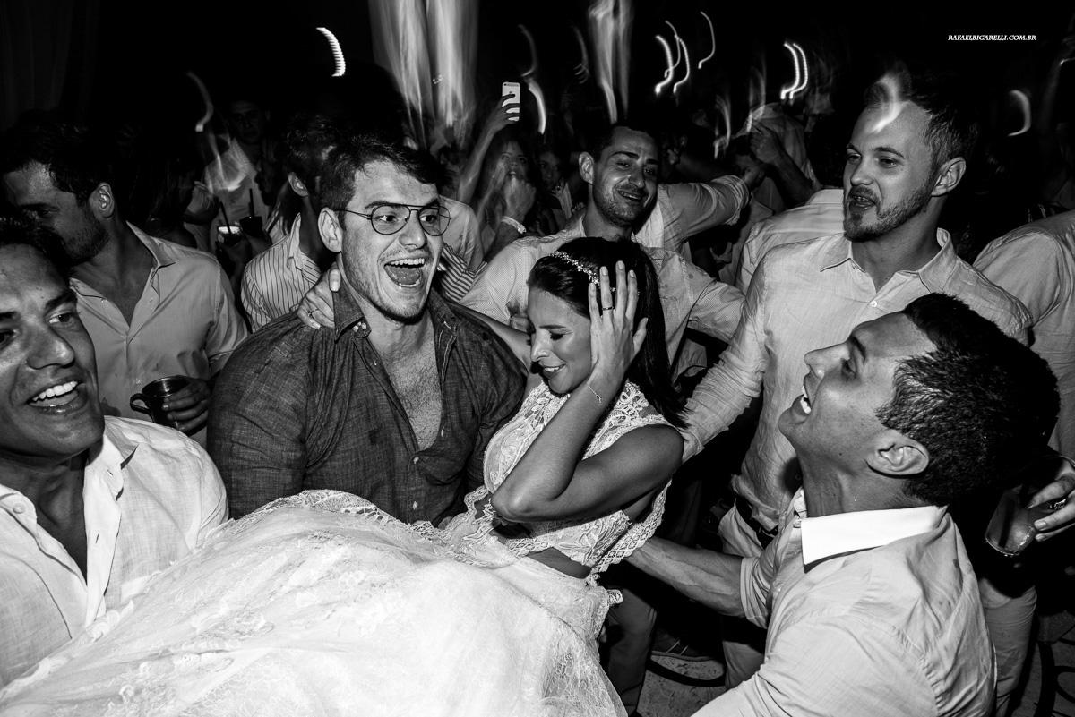 noiva sendo jogada pro ar pelos convidados