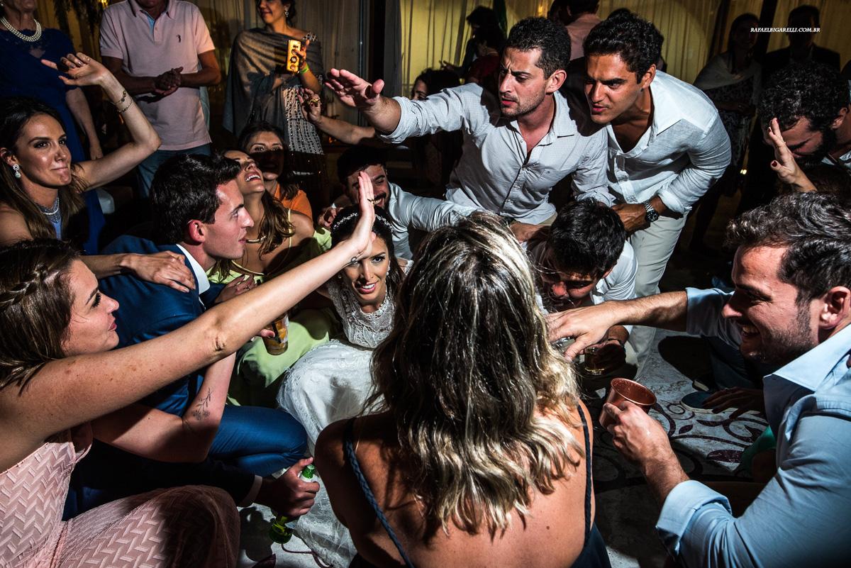 todos no chão na festa de casamento