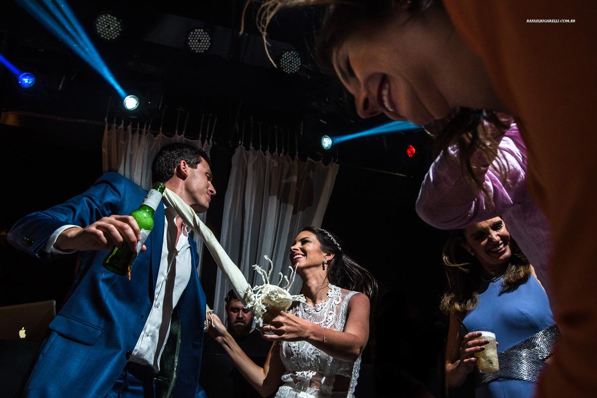 noivos juntos no final da festa do casamento na praia