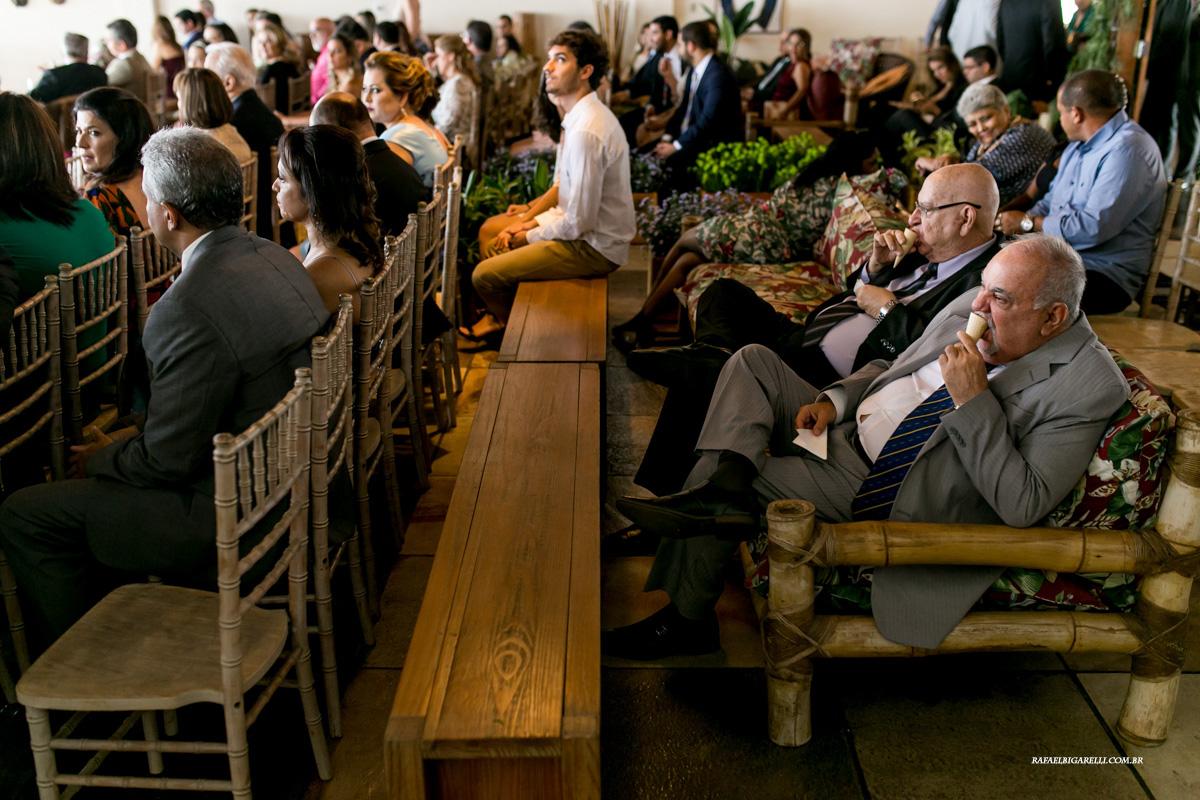 convidados tomam sorvete na cerimonia de casamento