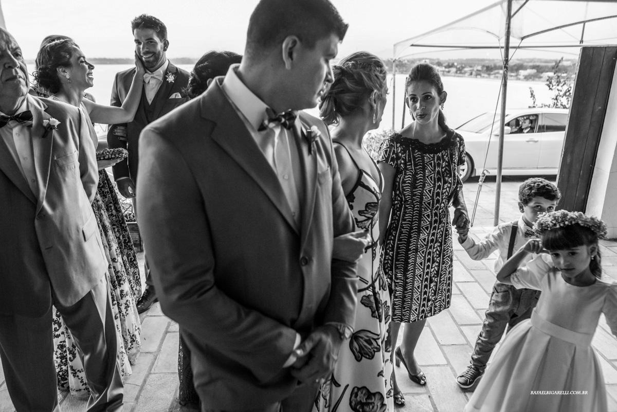 noivo recebe carinho em casamento na praia