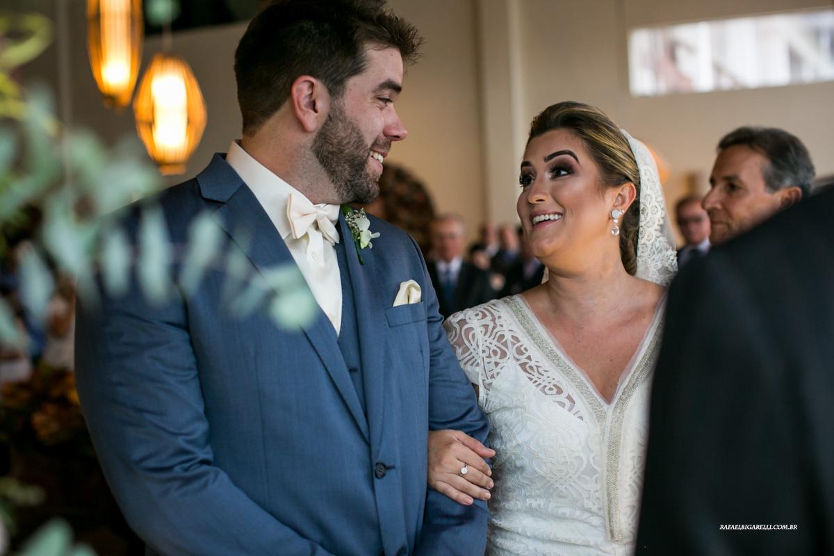 noivos se olham no altar em casamento