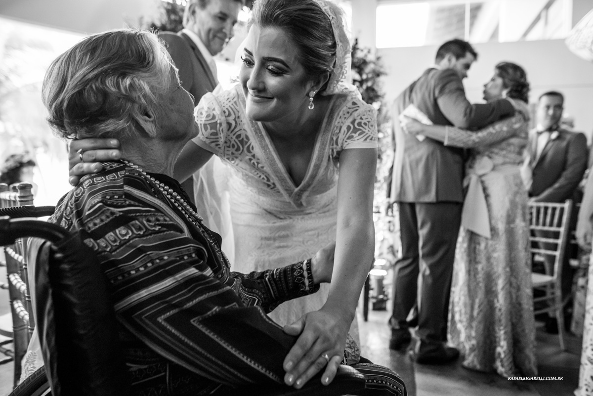 noiva abraça sua vó na cerimonia de casamento