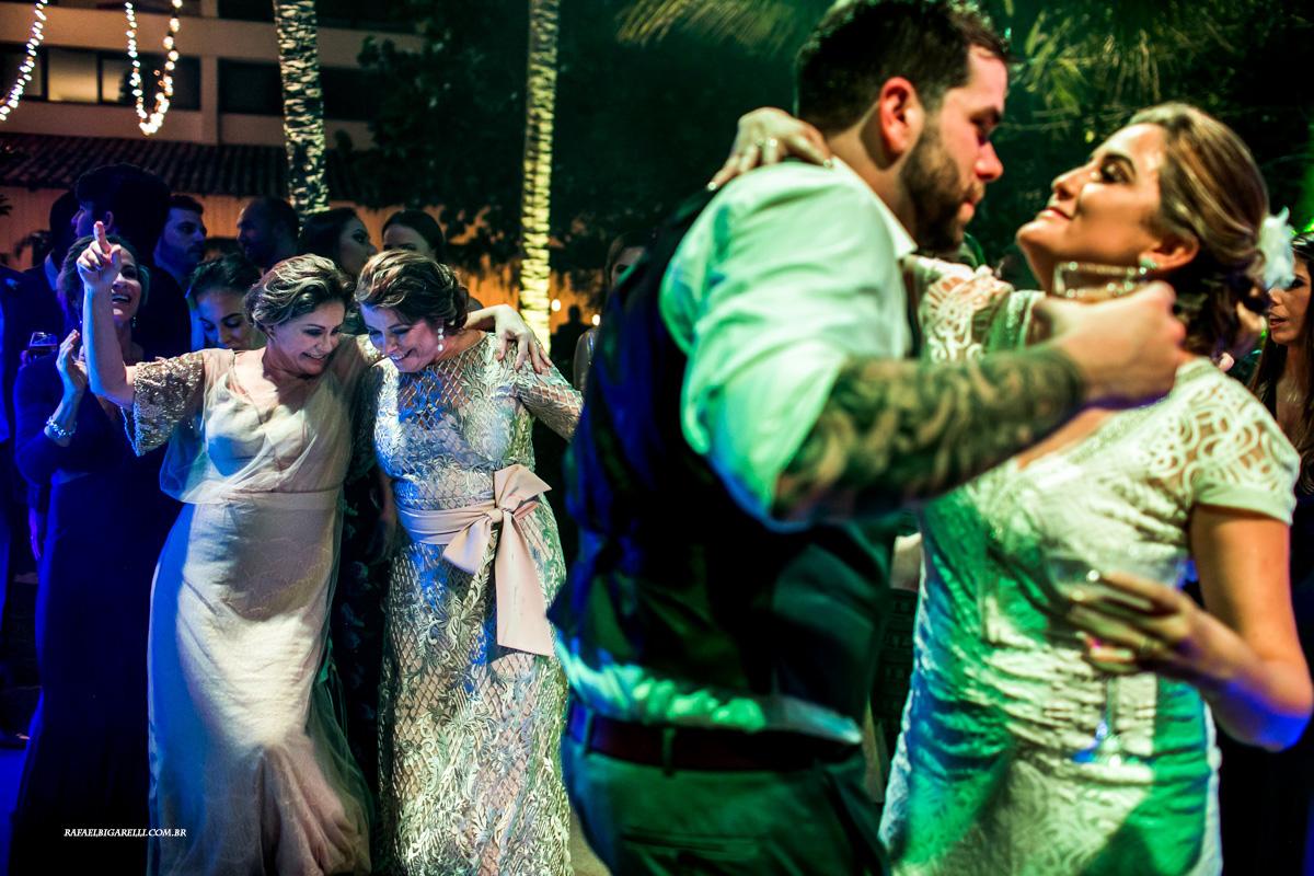 maes dos noivos dançam na festa do casamento de seus filhos