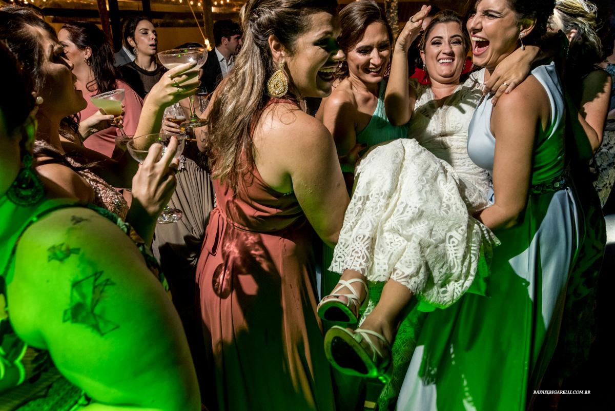noiva se divertindo com as madrinhas na festa de casamento