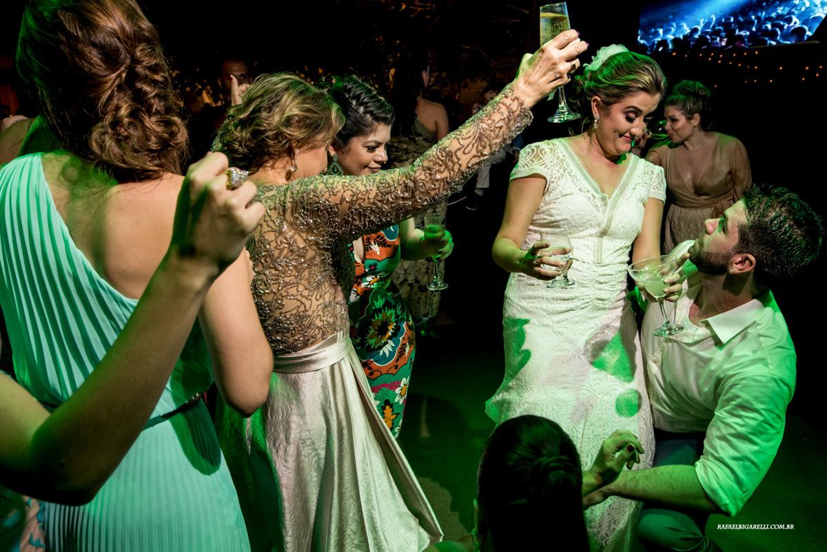 noivos se divertindo na festa de casamento na praia