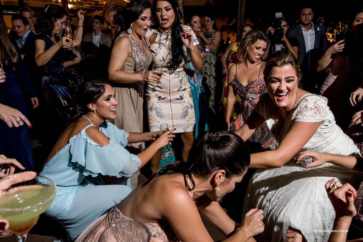 convidados dançam até o chão em festa de casamento