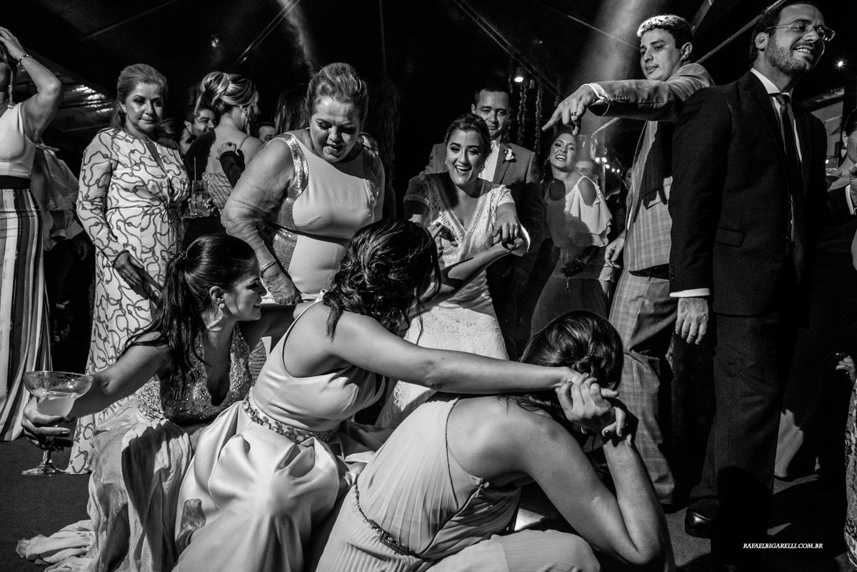 noiva dançando com convidados na festa do casamento na praia