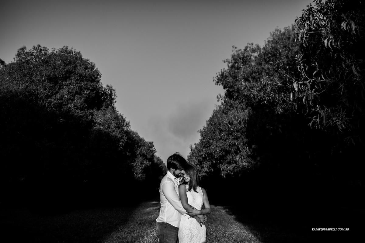 casal de noivos abraçados em sessao pre casamento