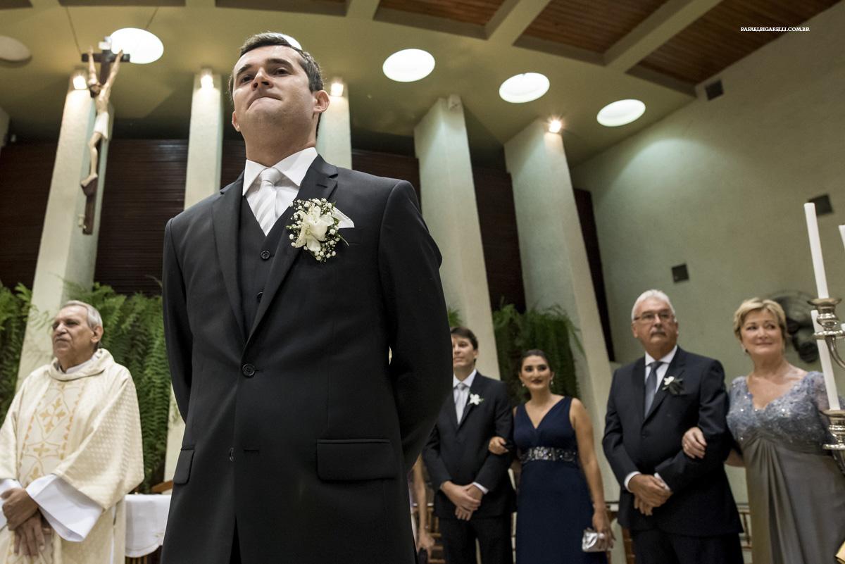 noivo apreensivo pela entrada de sua noiva