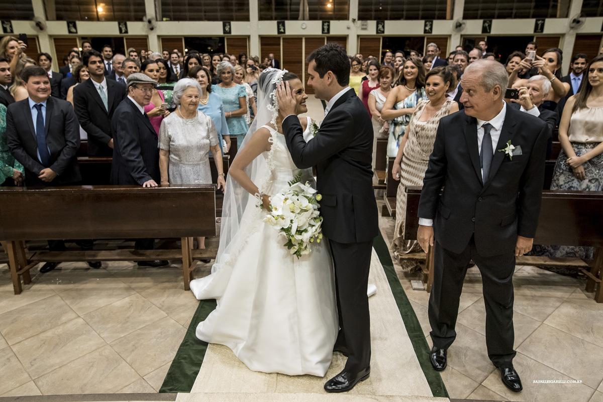 a última olhadinha do pai ao entregar a noiva ao seu noivo