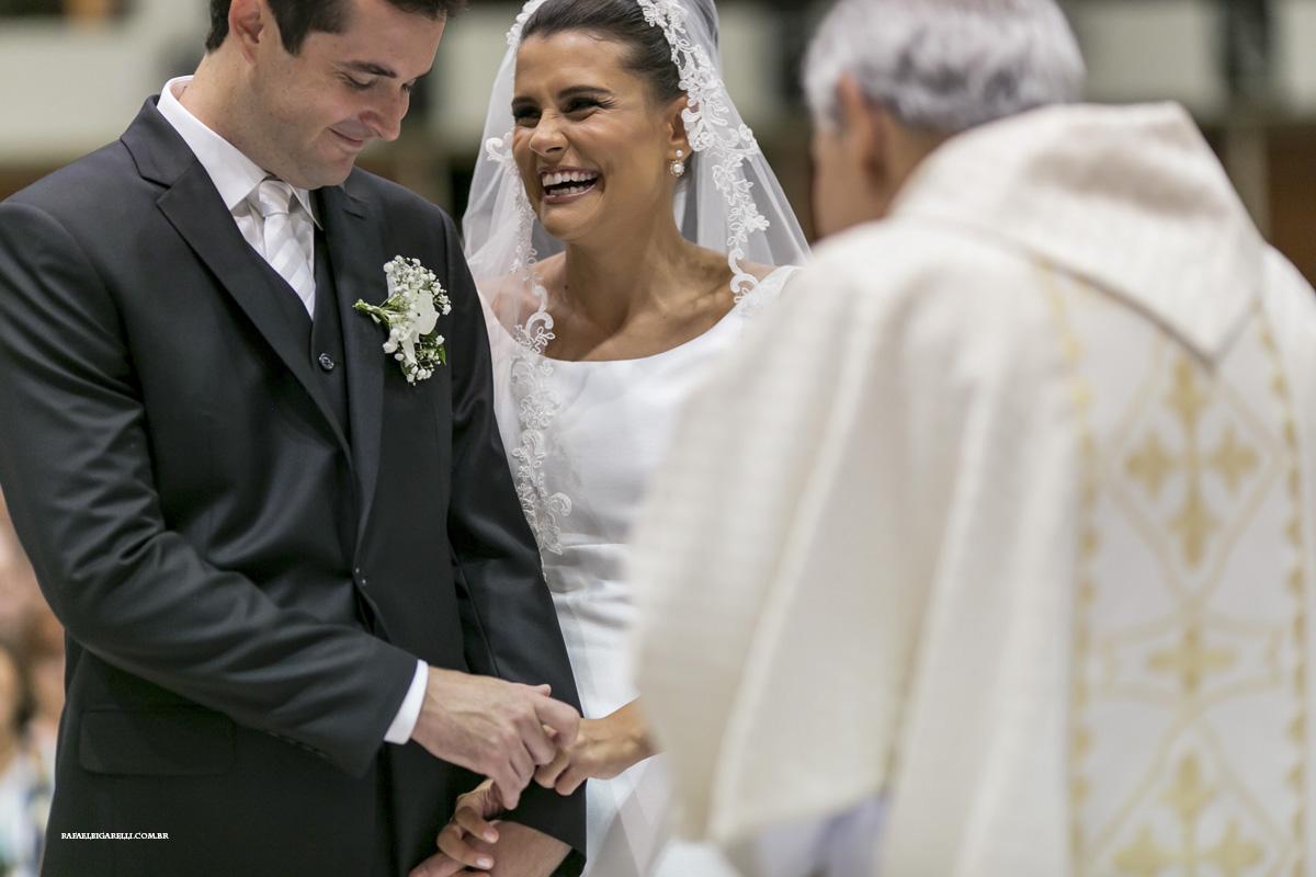 noivos se olhando durante o casamento