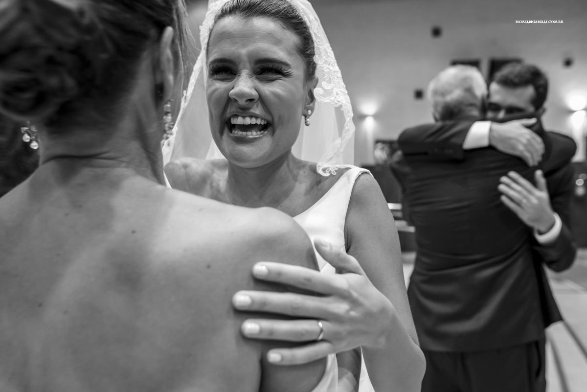 noiva se emociona ao abraçar sua mãe na igreja