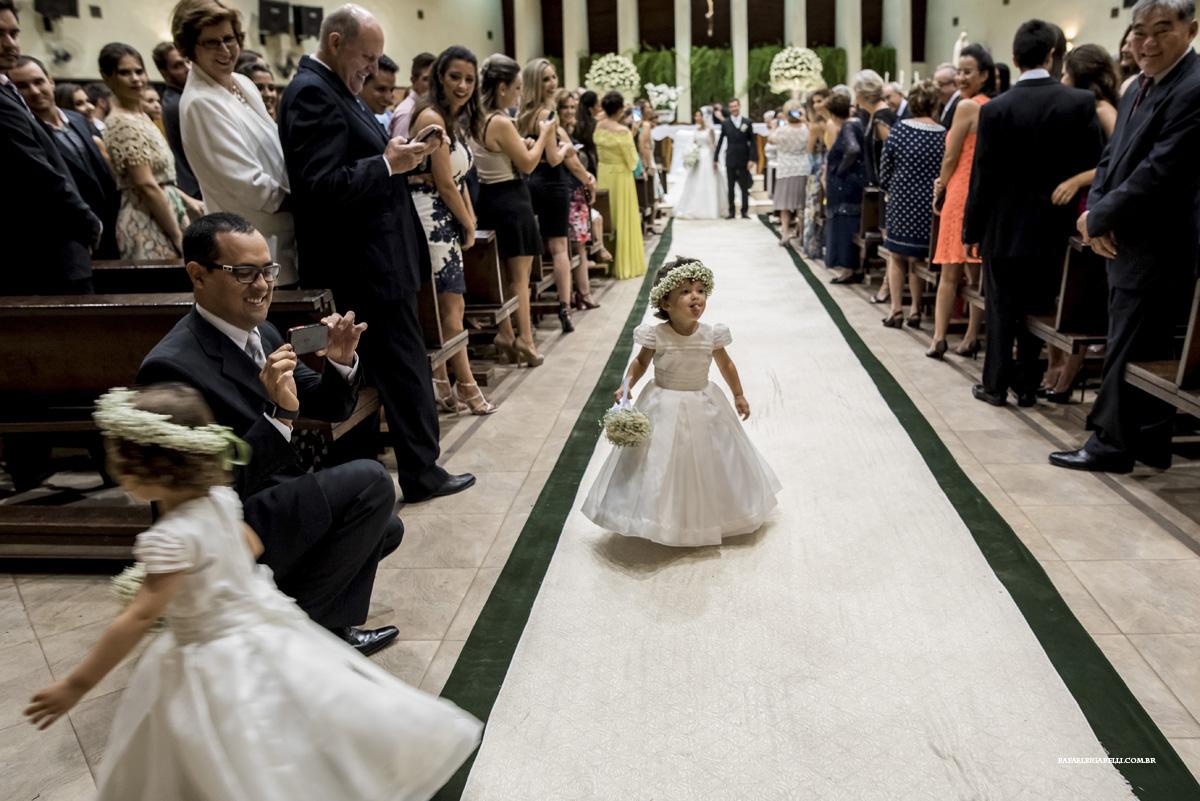 criança mostrando a lingua no casamento