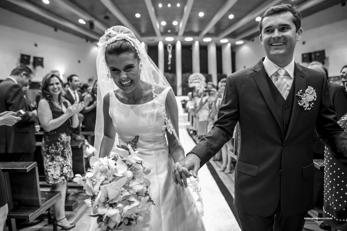 saida dos noivos da cerimonia